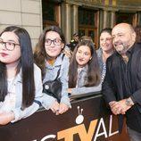 Jesús Castejón se fotografía con sus fans en el estreno de 'Estoy vivo' en el FesTVal