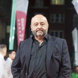 El actor Jesús Castejón posa en la alfombra naranja del FesTVal en el estreno de 'Estoy vivo'