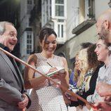 Crsitina Plazas y Zorion Eguileor firman un autógrafo a sus fans en el estreno de 'Estoy vivo' en el FesTVal