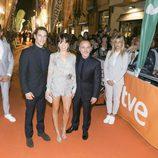 Alejo Sauras, Anna Castillo y Javier Gutiérrez posan en la alfombra naranja del FesTVal en el estreno de 'Estoy vivo'