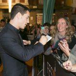 El actor Alejo Sauras firma autógrafos a sus fans en el estreno de 'Estoy vivo' en el FesTVal