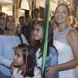 Cristina Plazas posa junto a unas niñas en el estreno de 'Estoy vivo' en el FesTVal