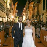 Alfonso Bassave y Cristina Plazas posan juntos en la alfombra naranja del FesTVal durante el estreno de 'Estoy vivo'
