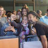 Pau Donés se fotografía con una niña en el estreno de 'Estoy vivo' durante el FesTVal