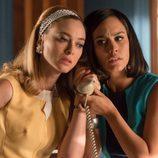 Marta Hazas y Megan Montaner escuchan el teléfono en 'Velvet Colección'