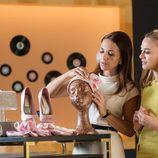 Paula Echevarría y Marta Hazas colocando la tienda en 'Velvet colección'