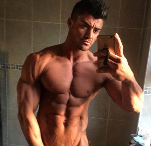 Rogan O'Connor se fotografía frente al espejo sin camiseta
