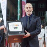 Javier Gutiérrez, de 'Estoy vivo', posa con el símbolo del FesTVal en sus manos