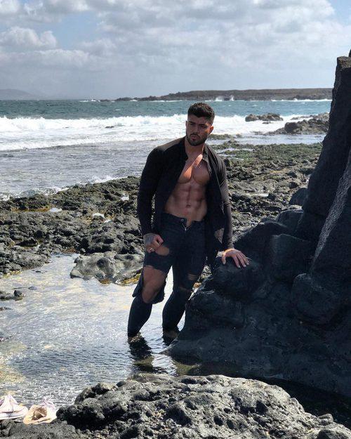 Rogan O'connor posa mojado en un acantilado