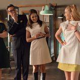 Aitana Sánchez-Gijón, Asier Etxeandía, Paula Echevarría y Marta Hazas mirando un vestido en 'Velvet colección'