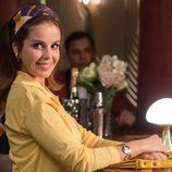 Marta Torné mira sonriente a alguien en 'Velvet Colección'