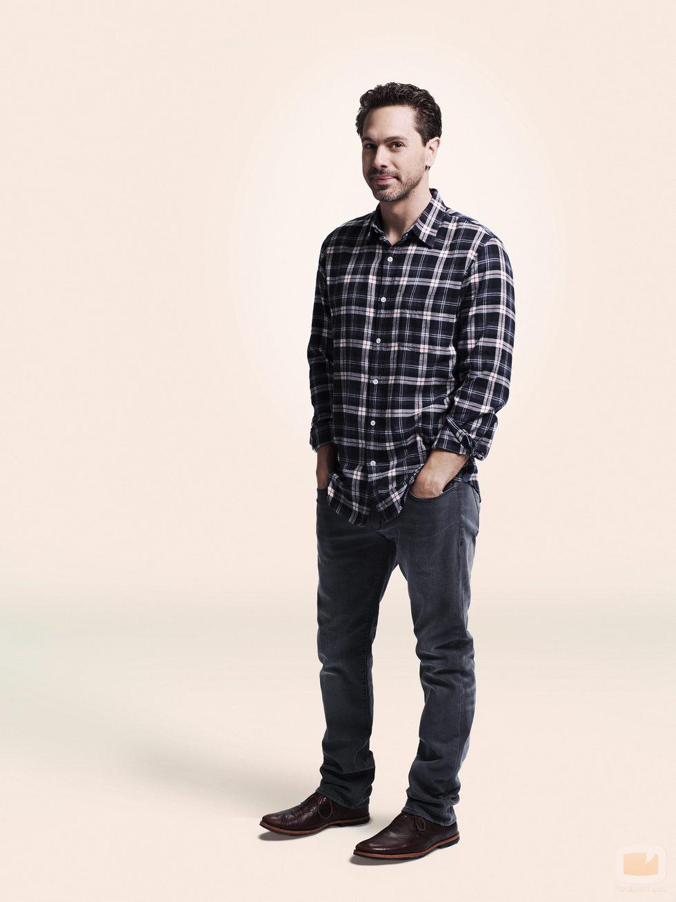 Thomas Sadoski con las manos en los bolsillos en la foto promocional de 'La vida en piezas'