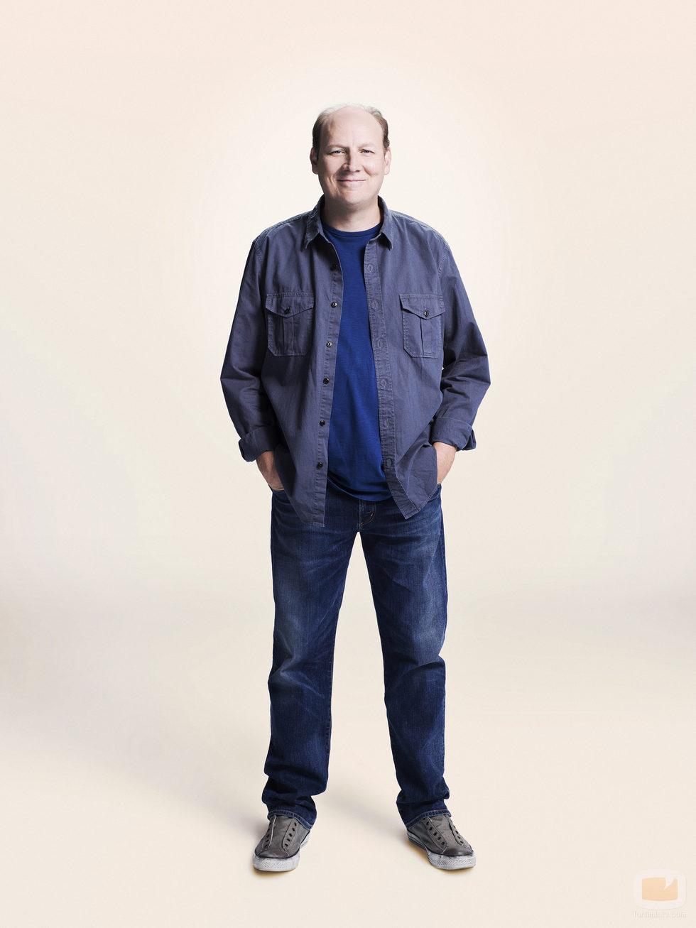 Dan Bakkedahl, con las manos en los bolsillos, en las fotos promocionales de 'La vida en piezas'