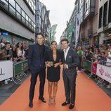 Los actores de 'Velvet colección', Asier Etxendía, Mónica Cruz y Diego Martín juntos en la alfombra naranja