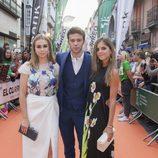 Paula Usero, Ignacio Montes y Paula Díaz, de 'Velvet colección', en la alfombra naranja del FesTVal