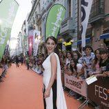 Andrea Duro, de 'Velvet colección', elegante y sonriente en la alfombra naranja del FesTVal