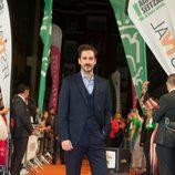 Álex Gadea en la alfombra naranja del FesTVal para la presentación de 'Tiempos de guerra'