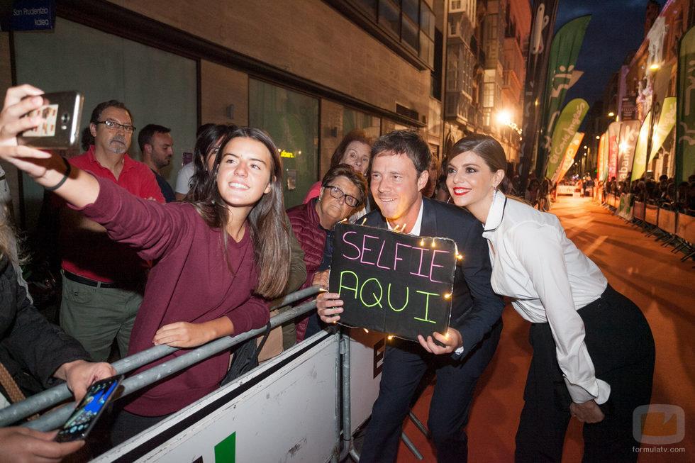 Eloy Azorín y Manuela Velasco, de 'Traición', se hacen un selfie con una fan en el FesTVal