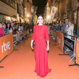 La actriz de 'Traición' Susana Córdoba posa con un vestido rojo en el FesTVal