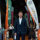 Eloy Azorín posando en la alfombra naranja en la presentación de 'Traición'