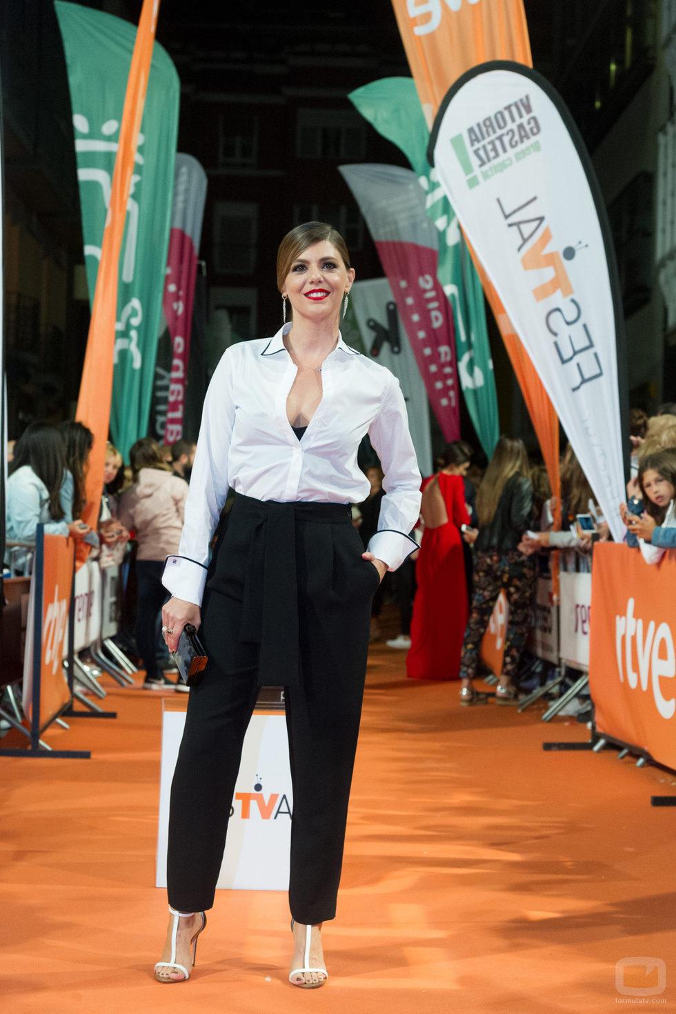 Manuela Velasco viste de blanco y negro y posa en la presentación de 'Traición'