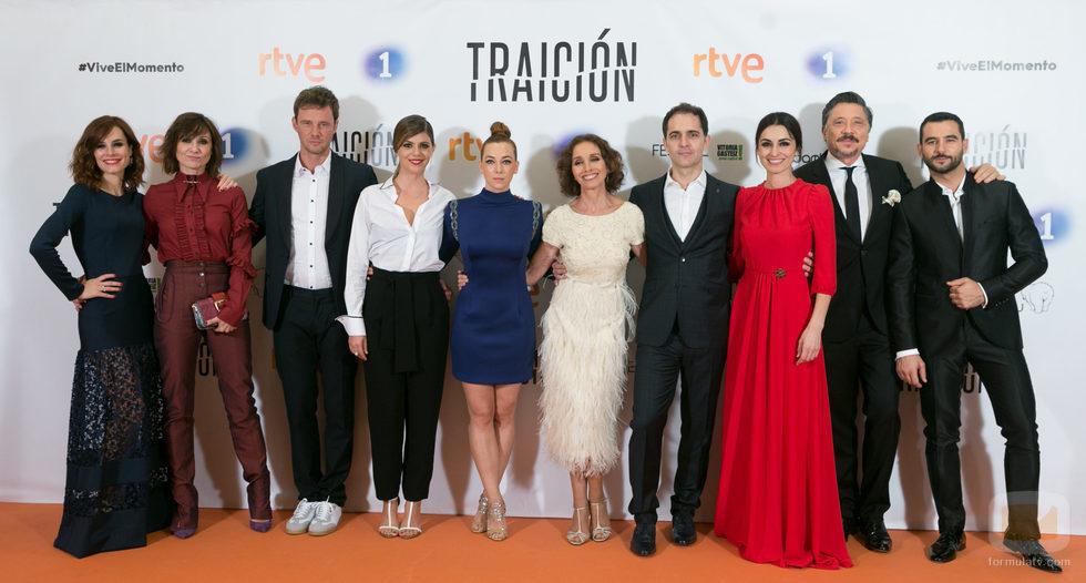 Los protagonistas de 'Traición' posan juntos en el photocall del FesTVal