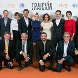 Los actores y el equipo de producción de 'Traición' posan juntos en el FesTVal