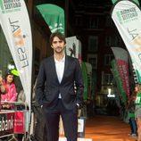 Aitor Luna, actor de 'La catedral del mar', en la alfombra naranja del FesTVal de Vitoria