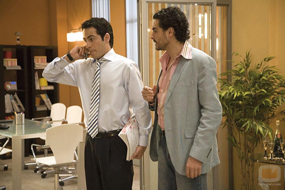 Alejandro Tous y José Manuel Seda hablan en una escena de 'Yo soy Bea'