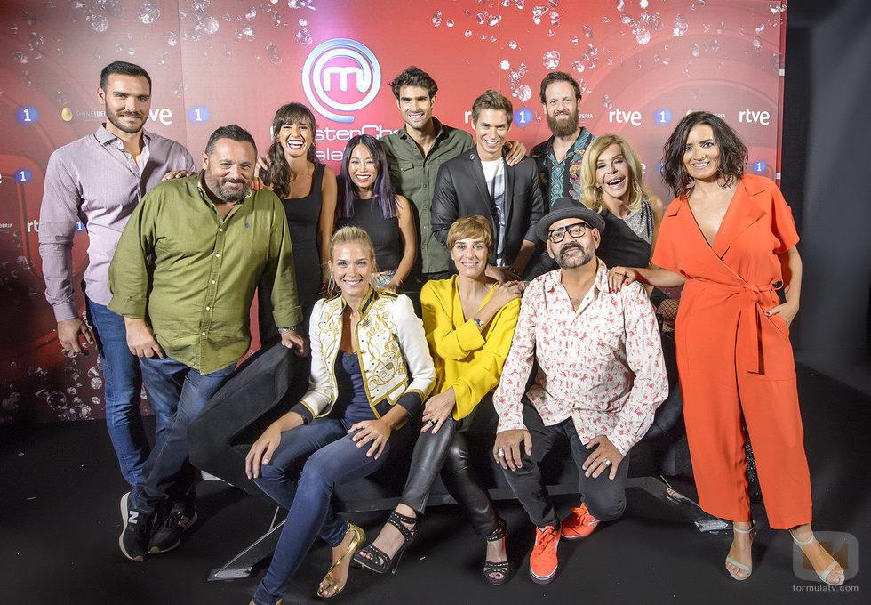Los doce aspirantes famosos a 'MasterChef Celebrity 2' posan en la presentación