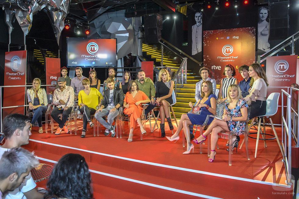Los famosos de 'MasterChef Celebrity 2' sentados en su presentación