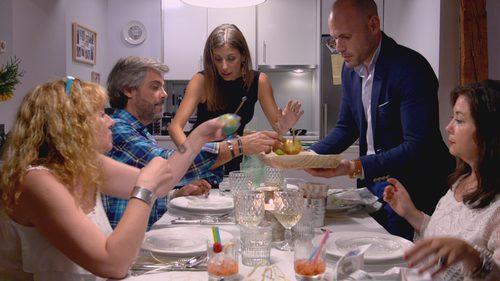 Los participantes de 'Ven a cenar conmigo' en la mesa
