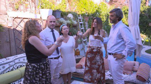 Los participantes de 'Ven a cenar conmigo' brindan entre ellos