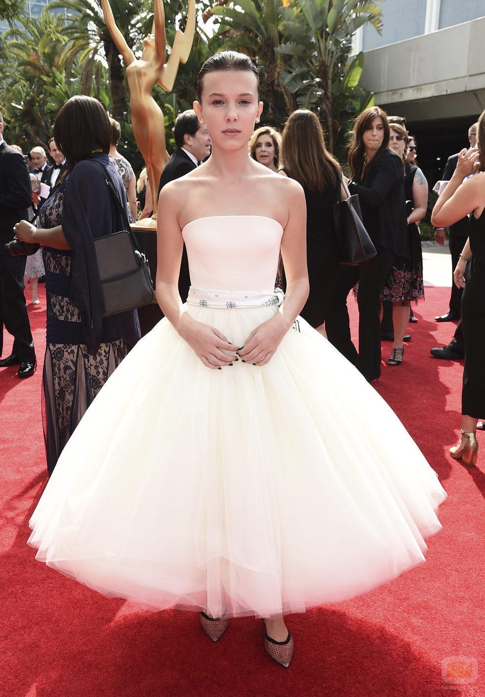 Millie Bobby Brown en la alfombra roja de los Premios Emmy 2017