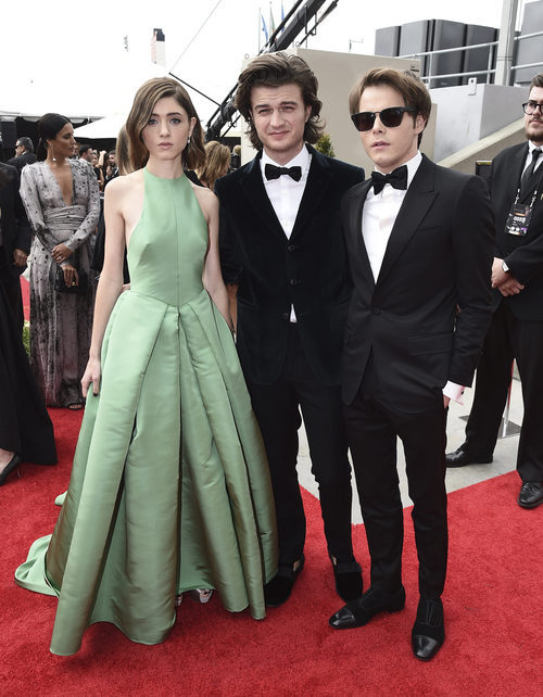 Natalia Dyer, Joe Keery y Charlie Heaton en los Premios Emmy 2017