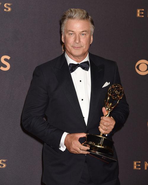 Alec Baldwin con su premio en los Emmy 2017