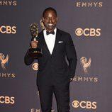 Sterling K. Brown posa con su galardón en los Emmy 2017