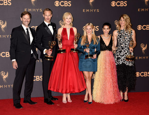 Jeffrey Nordling, Alexander Skarsgard, Nicole Kidman, Reese Witherspoon, Zoe Kravitz y Laura Dern posan con el galardón en los Emmy 2017