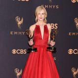 Nicole Kidman posa galardonada en los Emmy 2017