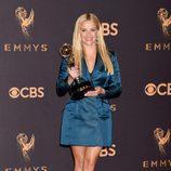 Reese Witherspoon posa con su galardón en los Emmy 2017