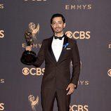 Riz Ahmed posa con su galardón en los Emmy 2017