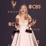 Elisabeth Moss posa con su galardón en los Emmy 2017