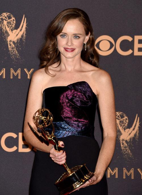 Alexis Bledel posa con su galardón en los Emmy 2017