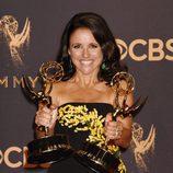 Julia Louis-Dreyfus posa galardonada en los Emmy 2017
