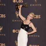 Kate McKinnon levanta su galardón en los Emmy 2017