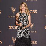Laura Dern posa con su galardón en los Emmy 2017