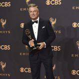 Alec Baldwin posa con su galardón en los Emmy 2017