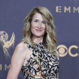 Laura Dern sostiene su galardón en los Emmy 2017