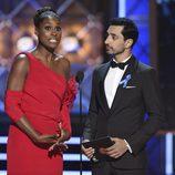 Issa Rae y Riz Ahmed en la gala de los Emmy 2017
