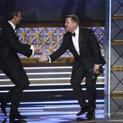 Seth Meyers y James Corden en los Emmy 2017